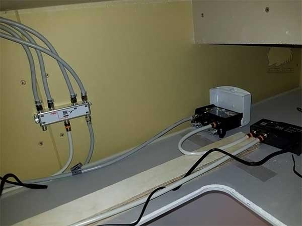 三栄建築設計の浴室天井点検口内にあるアンテナ分配器と新規設置したブースター